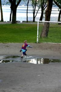 Große Pfützen auf Fußballplatz