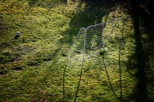 Fußballtor in der morgendlichen Sonne