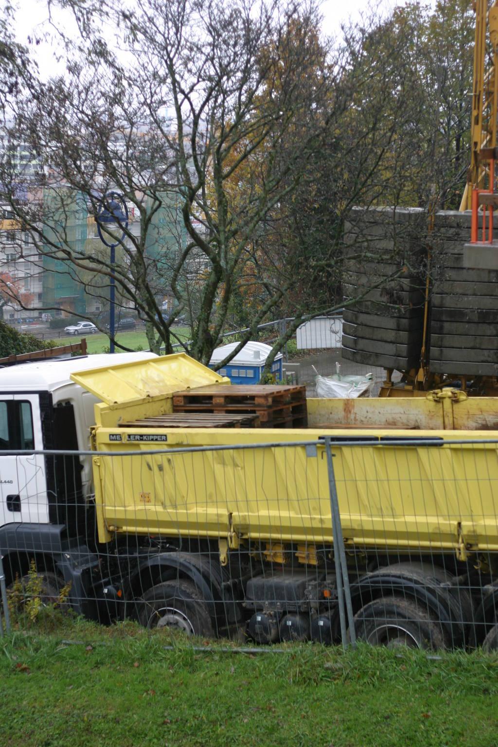 Laster vor Baustelle